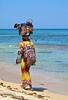 Colori sulla spiaggia. (sangiopanza2000) Tags: mare sea spiaggia sabbia beach sand sangiopanza venditrice seller zaino cesto colori colors