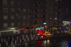 En la imagen se puede ver una vista general de la Cabalgata de Reyes cubriendo su último tramo del recorrido.