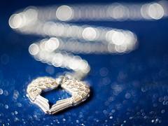 Silver wings (Karsten Gieselmann) Tags: apertureblending blau bokeh czjpancolar50mmf18 dof em5markii kette kunstlicht macromondays microfourthirds olympus schmuck schärfentiefe silber vintagelens artificiallight blue jewelry kgiesel m43 mft necklace silver redux2017myfavoritethemeoftheyear