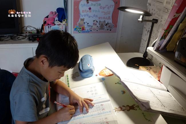 小學生護眼檯燈怎麼挑?SYLVANIA喜萬年LED月映護眼檯燈~平板柔和光源照射面積廣,無藍光危害無頻閃,閱讀更輕鬆!