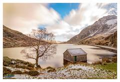 Llyn Ogwen Boathouse & Tryfan (urfnick) Tags: canon eos 1300d wales snowdonia nationalpark tryfan efs1018mm lake water longexposure le boathouse