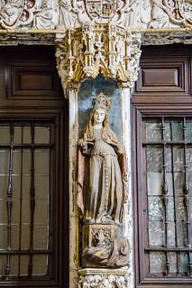 Puerta e imagen de Santa Catalina gotica desde el claustro Catedral de Toledo 03