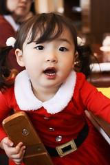 SAKIKO - Santa Claus Costume. (MIKI Yoshihito. (#mikiyoshihito)) Tags: christmas piano recital 2017 christmaspianorecital2017 ピアノ発表会 sakiko 咲子 さきこ サキコ daughter 次女 1歳11ヶ月