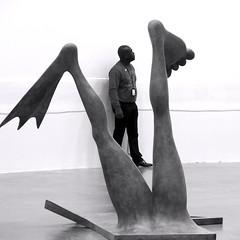 Entre-jambes (_ Adèle _) Tags: paris palaisdetokyo expo camillehenrot sculpture jambes palme pied angle nb noiretblanc monochrome humour bw blackandwhite gardien musée