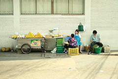 fruit vendors (the foreign photographer - ฝรั่งถ่) Tags: fruit vendors carts jackfruit oranges bananas three people chaengwattana road bangkhen bangkok thailand canon
