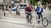 Radfahrer, die in die Augen schauen (Nachett) Tags: amsterdam holland holanda netherlands niederlande paísesbajos bicycle bike bicicleta fahrrad bici bicicletas bicis fahrräder bikes bicycles radfahrer ciclistas bikers biker ciclista calle street strase jóvenes young junge jung jóven tranvía tram strasenbahn