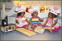 Die Minis in der Weihnachtsbäckerei ... (Kindergartenkinder) Tags: kindergartenkinder annette himstedt dolls weihnachten advent backen plätzchen leleti reki