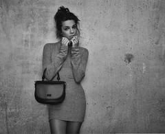 Lady in the Tube (Pantchoa) Tags: femme paris métro portrait sacàmain robe noiretblanc noir blanc bw nb bn blancoynegro mur vieuxmur