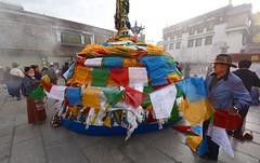 Jokhang, placing Prayer Flags, Tibet 2017 (reurinkjan) Tags: tibetབོད བོད་ལྗོངས། 2017 ༢༠༡༧་ ©janreurink tibetanplateauབོད་མཐོ་སྒང་bötogang tibetautonomousregion tar ütsang lhasa jokhang lhadentsuglakhang jowokhang ཇོ་ཁང་ prayerflagདར་ལྕོགlungta རླུང་རྟ་ manyprayerflagstogetherདར་ཕུང༌darpung prayerflaginthewindདར་ལྕོག་རླུང་བསྐྱོདdarchoklungkyö prayerflagདར་ལྕོགdarchok mountaintopritualwithprayerflagsརི་བསང་རླུང་རྟ།risanglungta fourwindhorsedeitiesfouranimalskhyungbirddragontigerandlionརླུང་རྟ་ལྷ་བཞི།rlungrtalhabzhilungtalabzhi tibetannationalitytibetansབོད་རིགས།bodrigs tibetannationtibetanpeopleབོད་ཀྱི་མི་བརྒྱུདbökyimigyü sunsetཉི་རྒས།nyigéthetimeofsunsetཉི་རྒས་ཐུན་མཚམསnyigétüntsam astheshadowsofthesettingsunvanishintodarknessཉི་མ་ནུབ་པའི་གྲིབ་སོ་ལྟརnyimanuppédripsontar twilight dusk dim dusky gloam gloaming sundown