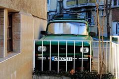 Sur mur (ZUHMHA) Tags: bulgarie bulgaria hiver winter voiture car kazanlak urban urbain street rue letter lettre mot word sign texte text écriture mur wall grille fence tree arbre