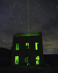 Actividad Radioactiva (alejandrogarciaphoto) Tags: azul abandonado tobarra longexpo noche sky few clouds stars green laser lapestosa night canon 1300d 1855 balneary