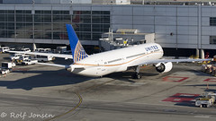 N45956 Boeing 787-9 United Airlines San Francsico airport KSFO 28.10-17 (rjonsen) Tags: plane airplane aircraft aviation dreamliner parked ramp gate airside terminal