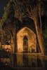 Un jardín algo tenebroso (Blacklili) Tags: francia jardín mausoleo noche árboles tumba fotografíanocturna