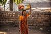 BADAMI : ELLE S'EST ARRÊTÉE POUR SE LAISSER PHOTOGRAPHIER (pierre.arnoldi) Tags: inde india pierrearnoldi karnataka badami photographequébécois canon6d on1raw2018 portraitdefemme portraitsderue photoderue photooriginale photocouleur sursatête
