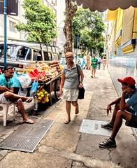 só conversar (luyunes) Tags: mercadoambulante vendedorambulante vendedores mercadorias streetscene streetphotography streetphoto streetshot cenaderua motoz luciayunes motozplay