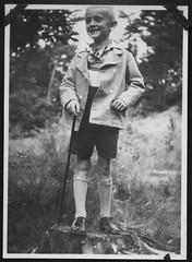 """Archiv O515 """"Stadtpark, 8. Juli 1932"""" (Hans-Michael Tappen) Tags: archivhansmichaeltappen junge bub boy wanderstock wandern naherholung erholung ferien kleidung outfit 1932 1930s 1930er outdoor"""
