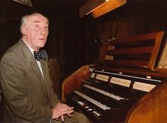 Albert de Klerk bij de klavieren van het Adema-orgel, St.-Agathakerk, Lisse, 23 mei 1985. Foto: Klaas Schippers.
