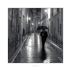Paris n°165 - Un soir dans la rue Aubriot (Nico Geerlings) Tags: rueaubriot lemarais paris france ngimages nicogeerlings nicogeerlingsphotography streetphotography leicammonochrom 50mm summilux rain raining rainy