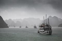 Halongbucht... (angelika.kart) Tags: vietnam halongbucht schiffe wasser regen berge wolken