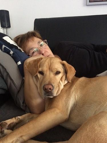 Sam, Chillen mit Frauchen, was will Hund mehr!!