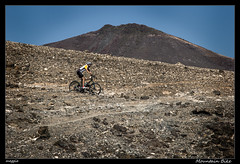 Mountain Bike (Montse Estaca) Tags: españa spagna spain islascanarias canaryislands lanzarote playaquemada volcano vulcano volcán color mountain montaña montagna bike biker bicicleta bicicletta bicycle mountainbike guijarros cantos grava rocas rocks gravel pebble ciottolo azul azzurro blue cielo sky fotografíadepaisaje paisaje landscape landscapephotography paesaggio arido aridez dryness