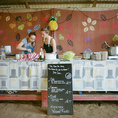 Stand repas au Manège (JPC ) Tags: argentique analog film kodak kodakportra400 carmencitafilmlab rolleiflext 6x6 mediumformat 120 noritsuhs1800 lemanège festival music