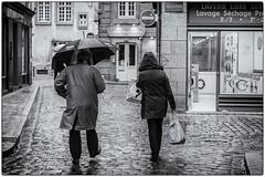 Elégance masculine, monsieur porte le parapluie !!! (bertranddorel) Tags: parapluie couple pluie people bn noiretblanc blancetnoir bnw bw mono monochrome street rue ruelle ville town city saintmalo bretagne france europe intramuros rain streetphoto