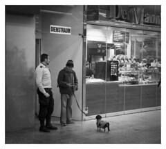 Der Mann & The Men & ...... (TM1ka) Tags: monochrome blackandwhite noiretblanc sw bw leicam summicron5020vchrom street streetphoto urban tm1ka vienna austria