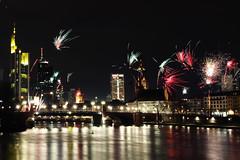 happy new year - Frankfurt! (bauingenieuse) Tags: silvester new year happy frohes neues jahr 2018 welcome willkommen feuerwerk firework frankfurt frankfurtammain main mainufer bunt color nacht night 24h 00h prost cheers canon 7d
