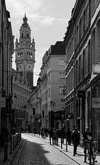 Vieux Lille (Guillaume DELEBARRE) Tags: lille beffroi france noiretblanc nb blackandwhite bw whiteandblack canoneos6d sigma70200mmf28dgapoosexhsm town ville city street rue people architecture