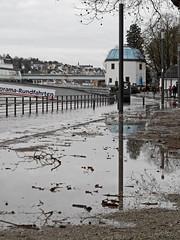 Hochwasser in Koblenz - Januar 2018 (onnola) Tags: koblenz rheinlandpfalz deutschland rhinelandpalatinate germany rhein rhine fluss river hochwasser überschwemmung flood weg strase uferweg riverside geländer railing pegelhaus schiffsanleger anlegestelle anleger landungssteg spiegelung reflection