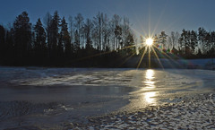 Winter sunset on the lake. ⛄ Finland. January 2018. (L.Lahtinen (nature photography)) Tags: finland winter sunset lake landscape snow ice sun sunlight light sunrays sunburst sunsetonthelake vantaa 2018 nikond3200 nature cold naturephotography frost reflections evening europe january järvimaisema järvi suomi talvi auringonlasku aurinko icehole