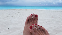 Rekha, Paradise (IPMT) Tags: toenail sexy toes polish foot feet pedicure painted zoya toenails pedi barefoot red crimson rekha blood rojo vermelho sand beach arena playa descalza