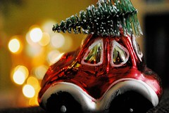 Driving Home For Christmas (Frau D. aus D.) Tags: macromonday macromondays baum auto rot grün weis weihnachten weihnachtsbaum bokeh dekoration season red white green car tree christmastree decoration nikon