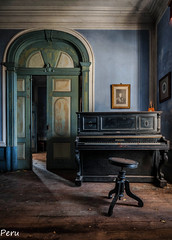 Playing Chopin (Perurena) Tags: piano instrumentomusical musica music salon livingroom casa house mansion manor abandono decay luz light sombra shadow cuadro picture urbex urbanexplore