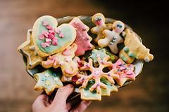 my sister loves baking cookies, i love eating cookies (lina zelonka) Tags: cookies kekse weihnachtskekse linazelonka food essen winter weihnachtsplätzchen plätzchen baking backen nikond7100 35mm