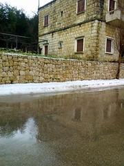 Glaçage de pluie (Gilbert-Noël Sfeir Mont-Liban) Tags: winter hiver pluie regen rain schnee neige snow kesserwan montliban liban mountlebanon lebanon reflets reflections route road building