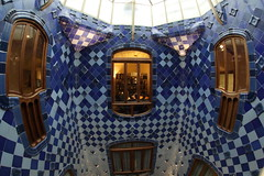 036A4676 (zet11) Tags: spain barcelona catalonia square street buildings architecture window intersection casa batlló gaudi inside within road tree roof view clock building