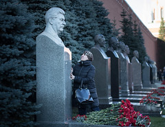 Russian woman puts flowers in Stalin's grave and speaks to his statue in Kremlin Wall Necropolis, Moscow (Aicbon) Tags: verde moscow москва́ russia rusia moskva europa europe موسكو moscova moscou russisk mosku масква moskou москва ruska مسکو 莫斯科 მოსკოვი モスクワ mɔsɩkʊʊ city ciudad ciutat capital 2017 19172017october centenario centenary historico monument kremlin stalin grave wall tumba estatua escultura people woman persona mujer retrato escena plazaroja redsquare plaçaroja