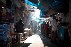 Lumière bleutée dans le bazar (S. Torres) Tags: kharibaoli street textiles clothmarket streetfood blue bleu chandnichowk marché market olddelhi delhi inde india bazar bazaar