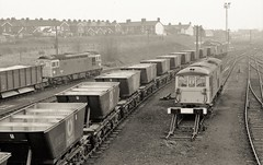 Tonbridge West Yard (Lost-Albion) Tags: 33208 73111 73138 tonbridge kent pentax 1976