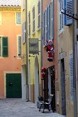 rimasugli natalizi (fotomie2009) Tags: street natale christmas francia gennaio 2018 hyères spiaggia france provenza provence var vicolo windows doors santaclaus