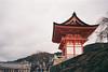 清水寺 (Rayu Lin) Tags: 京都 日本 清水寺 kyoto japan konica konicac35 konicac35ef lomography lomographynegative400 film 底片相機 kiyomizudera きよみずでら red フィルム 135film きょうとし filmphoto