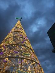Feliz 2018!! (MarisaTárraga) Tags: españa spain arbol tree navidad campanas bells christmas cielo heaven luces lights iphone6s