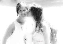 La amistad (Jabi Artaraz) Tags: jabiartaraz jartaraz amistad feliz sonrisa beso monocromo niñas nenas guapas