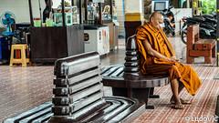 Monk at Ayutthaya train station (Lцdо\/іс) Tags: ayutthaya monk thailande lцdоіс thailand thailandia travel train station gare moine voyage holiday 2017 novembre bangkok city phone