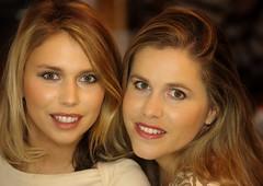 Sisters (Edgard.V) Tags: soeurs sister sorelle irmãs beauté beauty beleza bellezza charme charm female femina femme mulher