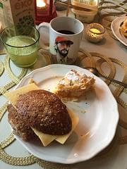 Födelsedagsfrukost 16/12 (Atomeyes) Tags: mat födelsedag tårta valnötter fralla ost kaffe lemonad citron