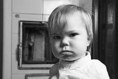 Hmh.. (jannaheli) Tags: suomi finland joutseno nikond7200 lapsivalokuvaus childphotography lapsi child poika boy valokuvaus photoshooting photography photographing potretti portrait mv mustavalkonen bw blackwhite valaisu strobist homestudio