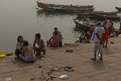 Sur les ghats de Bénarès, Uttar Pradesh, Inde (Pascale Jaquet & Olivier Noaillon) Tags: bateaux coiffeurs gange barbier ghats rivière bénarès uttarpradesh inde ind